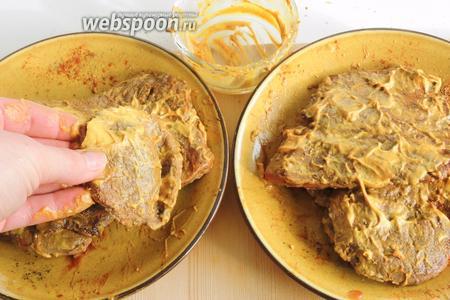 Теперь обмазываем мясо со всех сторон горчицей.