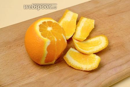 Апельсины филируем. Для этого сначала срезаем с двух сторон по пластинке, чтобы фрукт можно было поставить, затем острым ножом, обводя апельсин по его форме, срезаем кожуру вместе с белой подложкой.
