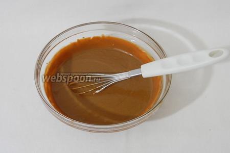 Половину взбитых сливок добавляем в шоколад и аккуратно перемешиваем.