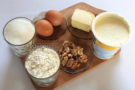 Для приготовления нам понадобятся яйца, сахар, сметана, масло сливочное, разрыхлитель, мука, грецкие орехи, шоколад.