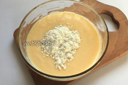 Взбить яйца с сахаром, добавить сметану, размягчённое сливочное масло, разрыхлитель и муку.