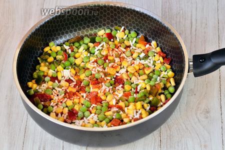Сначала готовим начинку. Берём гавайскую смесь, высыпаем на разогретую сковороду с маслом. Солим по вкусу, перчим красным молотым перцем.