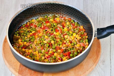 Добавляем томатный острый соус разведённый с кипячёной водой. Готовим смесь в течение 10-15 минут до полной готовности.