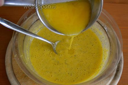 В конце влить в тесто растопленное сливочное масло. Осторожно перемешать.