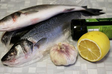 Для запекания взять сибаса, чеснок, лимон, оливковое масло, соль и тимьян.