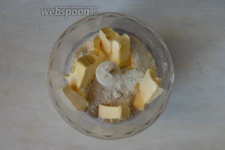 В чаше блендера соединяем два вида  муки, сахар и сливочное масло.