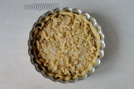 Получившейся смесью посыпаем пирог. Выпекаем при температуре 190°С в течение 30 минут.
