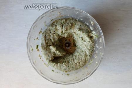 Затем к измельчённым орехам добавляем нарезанный фейхоа, и измельчаем в пюре.