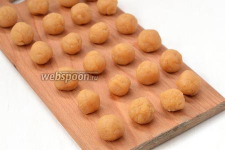 Из слегка остывшей массы скатать небольшие шарики.