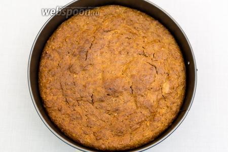 Выпекаем в разогретой до 180ºC духовке 45-50 минут. Ориентируйтесь по своей духовке.  Проверяем на сухую лучину: из готового пирога она должна выходить сухой. Дадим пирогу полностью остыть. Вынимаем из формы. Собственно, пирог готов. Его можно кушать и так. Но мы прослоим его кремом.