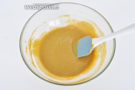 Влить растительное масло и лимонный сок, перетереть всё до однородной массы.