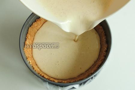 Выливаем сырный крем на основу печенья.