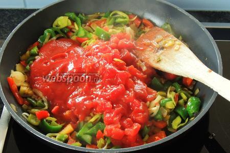 Добавим томаты в собственном соку, перемешаем.