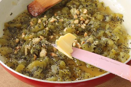 Добавляем молотые орехи, щепотку лимонной кислоты и маленький кусочек сливочного масла (по желанию).