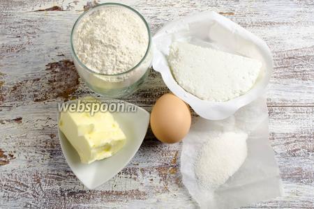 Чтобы испечь печенье, начнём с приготовления теста. Нужно взять: муку, творог, масло сливочное (мягкое), яйцо, ванилин, соль.