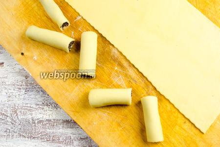 Нарезать валик с начинкой на кусочки в нужной длине 5-7 см. Продолжить процесс начинки теста по алгоритму.