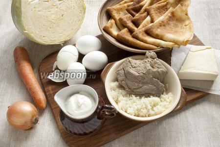 Подготовить основные продукты: мясо, рис, сметану, лук, морковь, капусту, отварные яйца, сливочное масло и заранее приготовить тонкие блины — 10 штук.