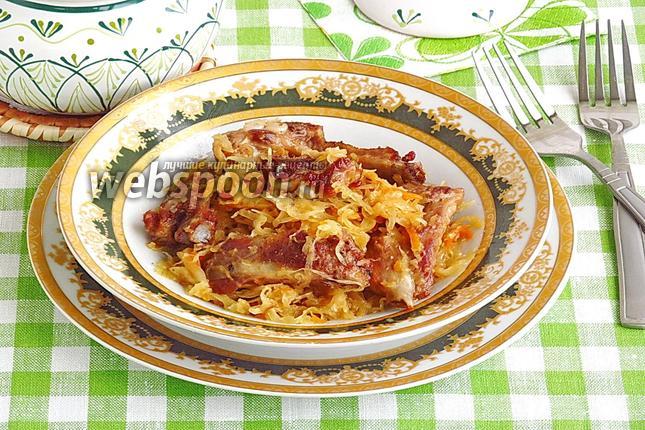 Фото Тушёная квашеная капуста со свиными рёбрышками в горшочках