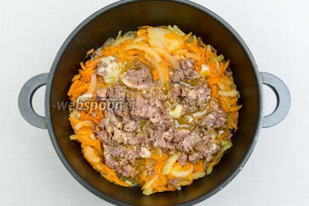Добавим к обжаренным овощам мясо, чуть размяв его вилкой.