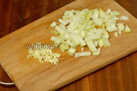 Мелко нарезаем лук и совсем мелко чеснок, выдавливать через пресс не рекомендуется.