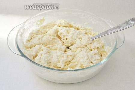 Затем по немножку подсыпаем муку и замешиваем тесто как на ленивые пельмени.