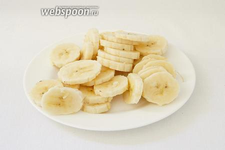 И нарезаем банан кружочками.