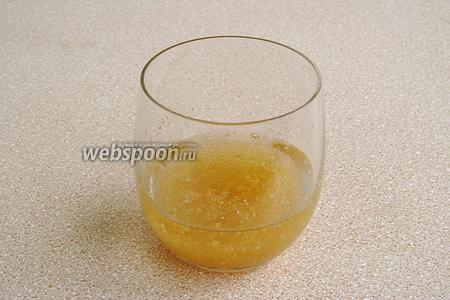 Желатин залить небольшим количеством холодной кипячёной воды и оставить для набухания на 30 минут.