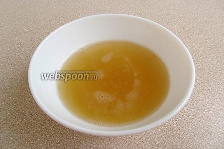 Распустить желатин на водяной бане до полного исчезновения крупинок и остудить до комнатной температуры.
