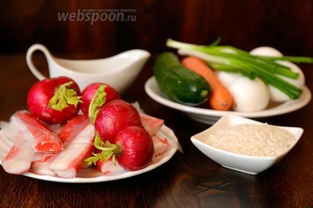 Для того чтобы приготовить салат «Нежность» с крабовыми палочками и редисом вам понадобится морковь, яйца куриные, редис, крабовые палочки, майонез, соль, зелёный лук, огурцы и рис, и отваренную маорковь.