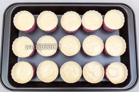 Форму для выпечки смажем маслом, или воспользуемся вкладышами, можно выпекать в силиконовых формах. У меня вот такие стаканчики. Их смазывать не надо. Выкладываем тесто, заполняя формочки на 3/4.  Выпекаем в разогретой до 180ºC духовке около 30 минут. Ориентируйтесь по своей духовке.