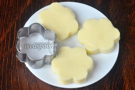 Сыр пластинками выкладываем друг на дружку, затем вырезаем формочкой. Он должен склеиться между собой.