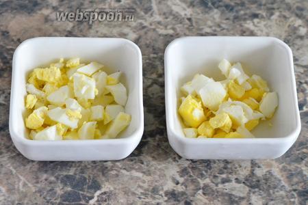 Далее в слататники начинаем укладывать ингредиенты. Кладём на первый слой яйца.