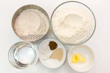Для приготовления нам понадобятся: мука пшеничная, мука ржаная, размягчённое сливочное масло, солод ржаной, дрожжи, соль, сахар, мёд, вода.