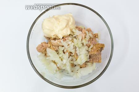 В миску выкладываем тунец, нарезанный лук, майонез. Солим, перчим.
