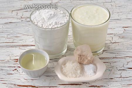 Для приготовления теста нам понадобится мука, подсолнечное масло, дрожжи свежие, сахар, соль, кефир.