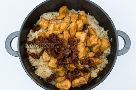 В готовый рис добавим обжаренное куриное филе и помидоры, нарезанные средними кусочками.