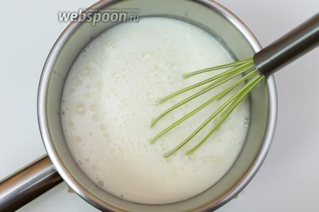 В миске подогреем (не кипятим!) кефир. Добавим соду. Кефир начнёт сильно пениться.