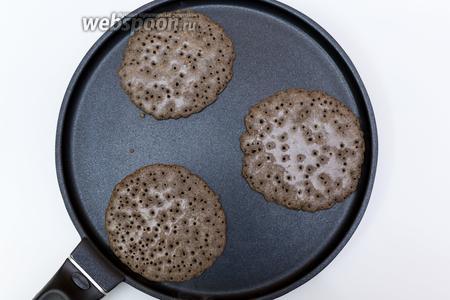 Жарим панкейки на сухой, хорошо прокаленной сковороде. Как только на поверхности появились пузырьки, переворачиваем и жарим с другой стороны буквально 0,5 минуты.