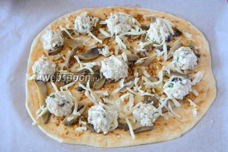 Посыпаем пиццу тёртым на крупной тёрке сыром. Ставим в разогретую до 180°C духовку, на 20-25 минут.