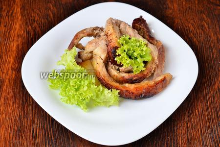 Затем выкладываем «Мясную лапшу» на тарелку и украшаем зеленью. Приятного аппетита!