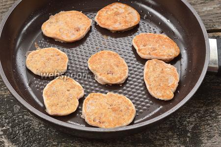 Жарить небольшие оладьи на слегка смазанной подсолнечным маслом горячей сковороде с обеих сторон до золотистого цвета.