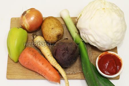 Для приготовления нам понадобятся следующие продукты: капуста квашеная, картошка, лук репчатый, лук-порей, морковка, свёкла, масло подсолнечное, томатная паста, чеснок, капуста белокочанная, корень пастернака, горошек зелёный замороженный, укроп свежий, соль, перец душистый молотый, перец острый.