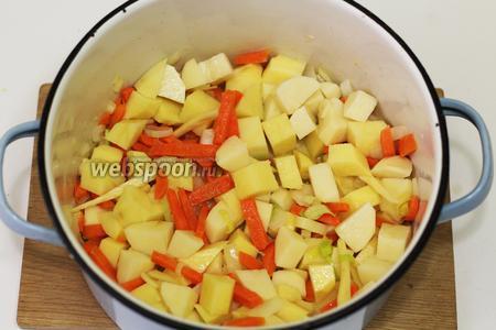 Картофель нарезаем средними кубиками, вводим к овощам.