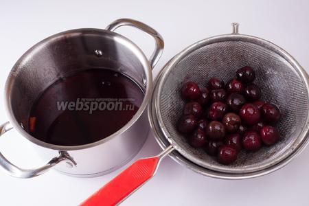 Удаляем из сиропа ягоды, жидкость кипятим, снимаем с огня, засыпаем в уксусный сироп черешню, закрываем тару крышкой и оставляем на еще на 1 сутки.