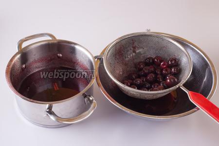 Удаляем из сиропа ягоды, жидкость кипятим, снимаем с огня, засыпаем в уксусный сироп черешню, закрываем тару крышкой и оставляем на третьи сутки.