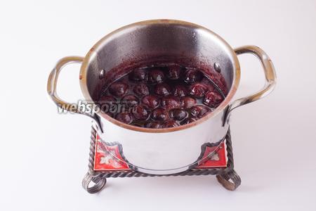 В последний раз кипятим соус: сироп вместе с ягодами. Если косточки из ягод были удалены — имеет смысл капнуть немного экстракта горького миндаля.