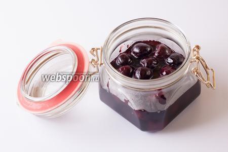 Переливаем сироп с ягодами в банку — готово! Я храню этот соус в холодильнике, там он без проблем доживает до зимы. Но, в принципе, употреблять можно уже через 2 недели после приготовления. На финальной фотографии соус подан к оленине, с кабанятиной тоже просто замечательно. Он обладает очень интенсивным вкусом, более нежные сорта мяса баварский вишнёвый соус будет «перебивать». Из десертов хорошо сочетается с мороженым и рикоттой.