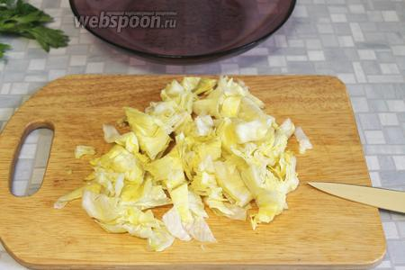 Листья салата крупно нарезать керамическим ножом или порвать руками.