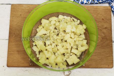 Начинаем с подготовки всех овощей. Тщательно промоем. Свёклу перед готовкой, желательно, попробовать на вкус. Сладкая свёкла придаст нашему салату больше приятных вкусовых качеств. В кипящую подсоленную воду опускаем картофель, морковку и свёклу. Варим до готовности. По мере готовности извлекаем продукты из кипятка и остужаем до комнатной температуры. Свёклу можно предварительно запечь в духовом шкафу, она получится намного вкуснее и сочнее. Картофель очищаем от кожицы. Нарезаем маленькими кубиками. Если вы любите крупную нарезку, всё в ваших руках. Помещаем в глубокую салатную тарелку.