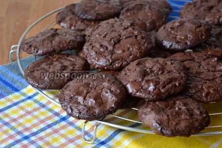 Обязательно дать остыть печенью сначала на противне 5 минут после духовки, а затем переложить на решётку... Если вы попытаетесь снять печенье раньше, оно может поломаться, а минут через 5 оно спокойно отскочит от бумаги... )))
